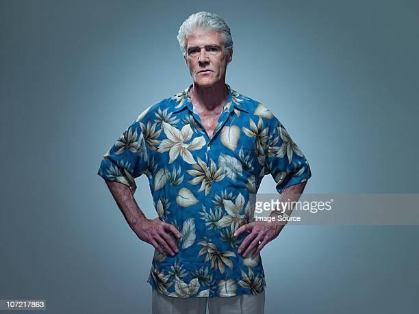 老人男性ハワイのシャツを着ていると手を当てる、ポートレート