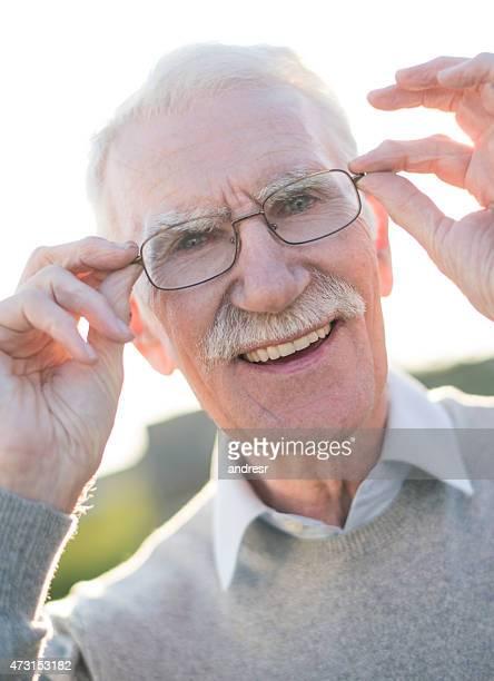 老人男性着てメガネ
