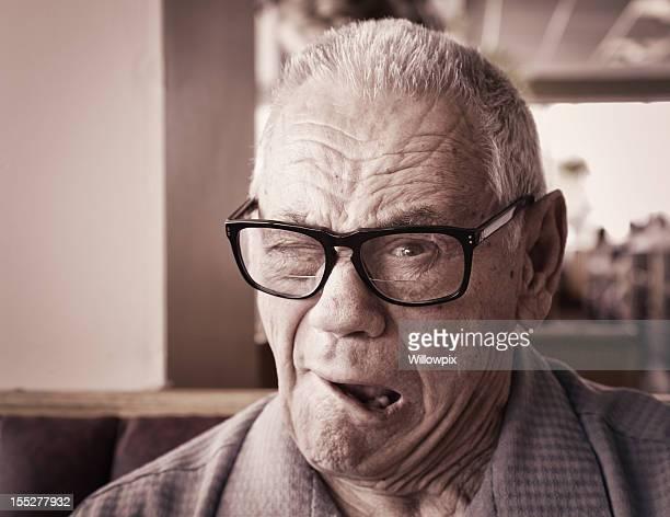 Uomo anziano Fare l'occhiolino