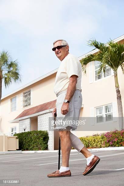 Senior homme avec bandage à son pied grâce à la jambe