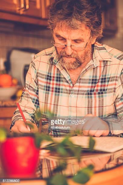 Senior homme avec barbe livre de coloriage à la maison, l'Europe