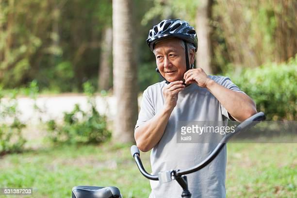 Alter Mann mit dem Fahrrad