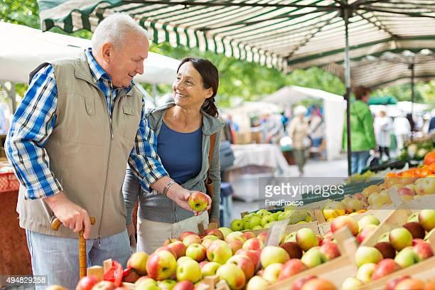 Alter Mann mit fürsorgliche shopping