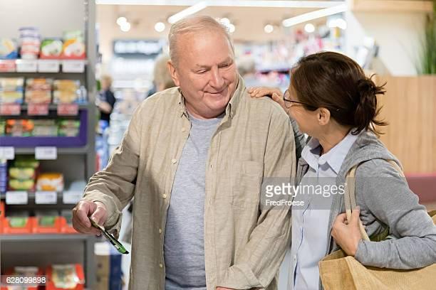 Senior hombre con cuidador de compras