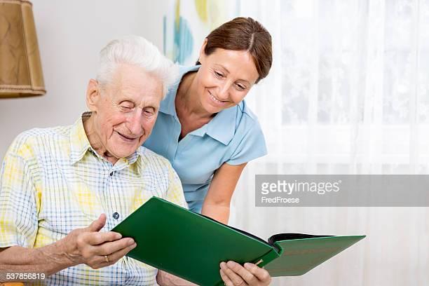 Senior homme avec carer dans un Centre gériatrique