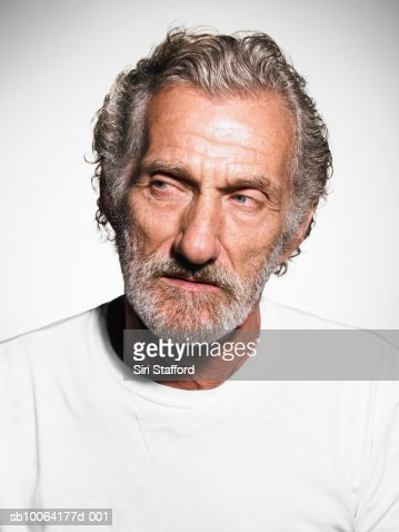 Senior man with greyhair and beard wears white t-shirt, close-up : Foto de stock