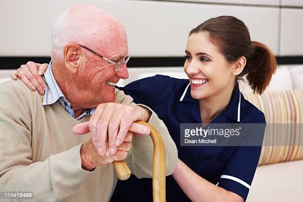 Senior homme avec son infirmière