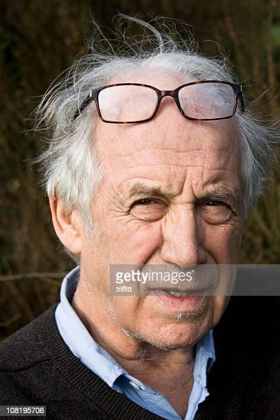 Senior homme avec de mauvais vue.