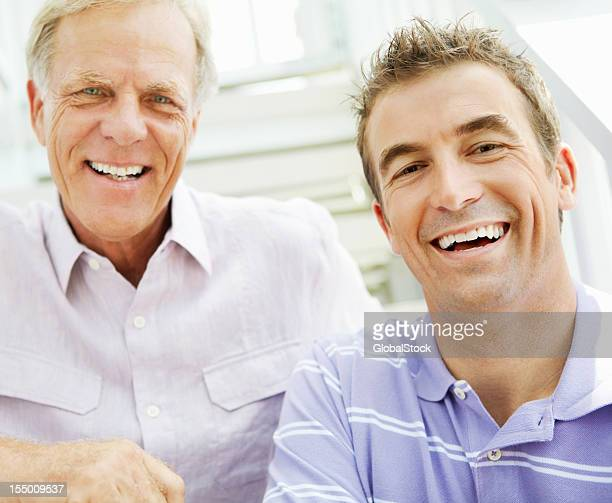 Uomo anziano con il figlio di avere un buon tempo insieme