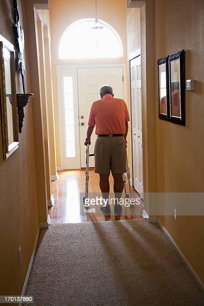 老人男性と自宅でウォーカーズ