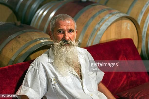 Uomo anziano con la barba bianca in cantina, Slovenia, Europa