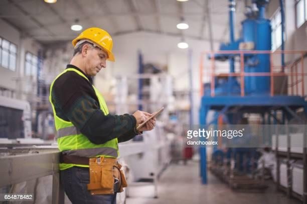 工場でタブレット pc を使用してシニア マネージャー