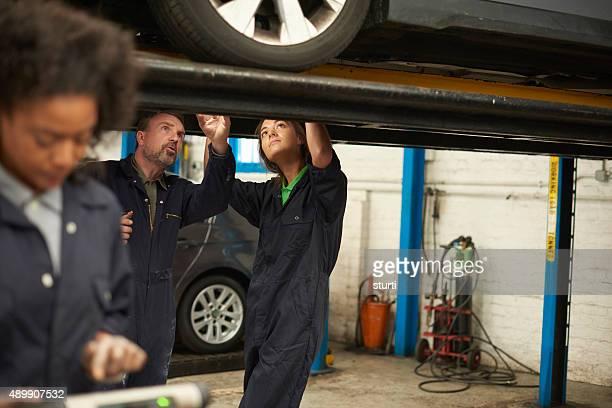 senior jeune femme mécanicien'apprenti.
