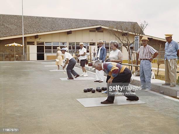 Senior Homme jouant le jeu de boules