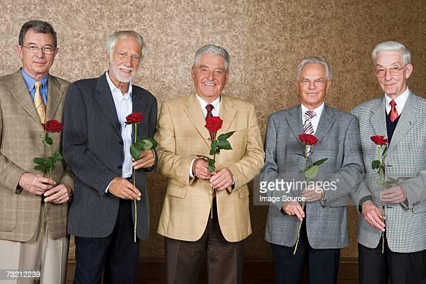 Älterer Mann mit Rosen