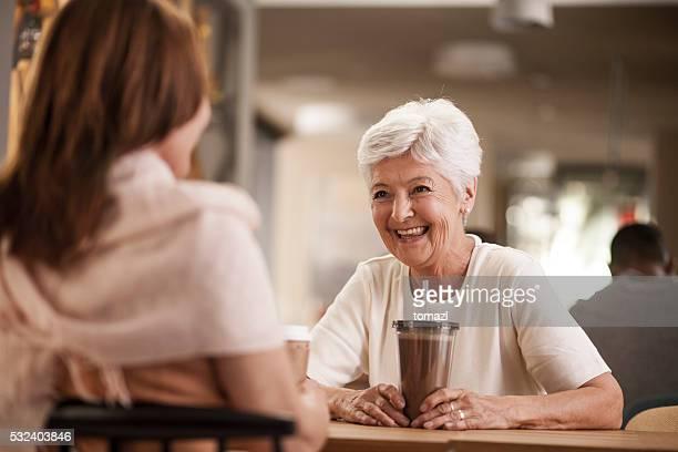Senior mãe e filha no Caffee COMPRAR