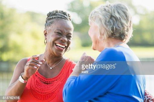 Senior multiraciale femmes, meilleurs amis de rire