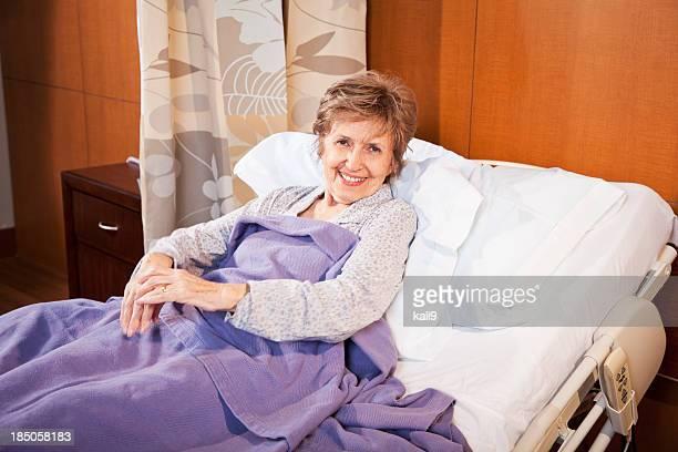 高齢の患者の体の病院のベッド