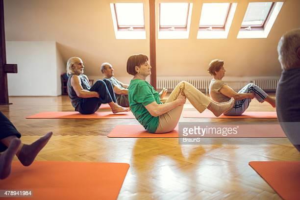 Ältere Menschen balance-Übungen im Fitness-club.