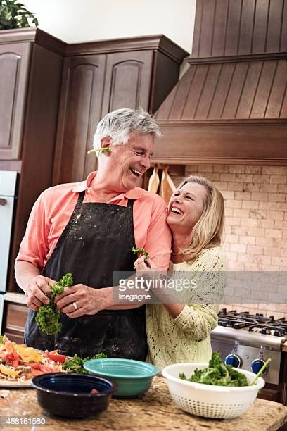 Ältere Menschen, die Spaß in der Küche