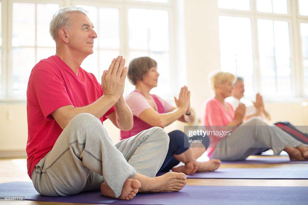Ältere Menschen Meditieren in yoga-Kurs : Stock-Foto