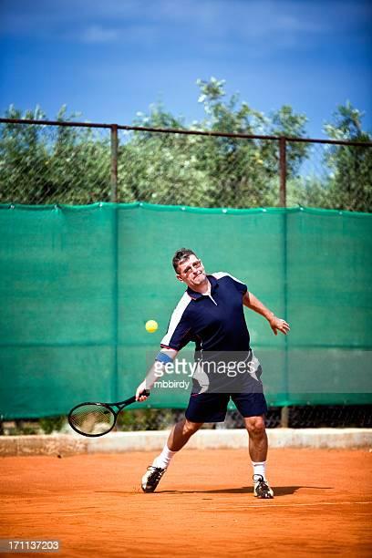 Senior jouant au tennis