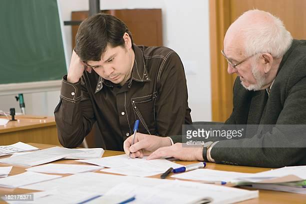 Senior professeur examiner les étudiants de projet