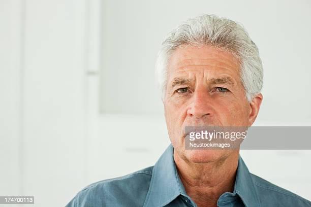 Senior homme pensant à la retraite.