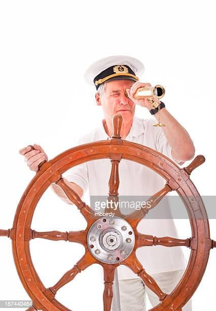Senior avec un télescope marin