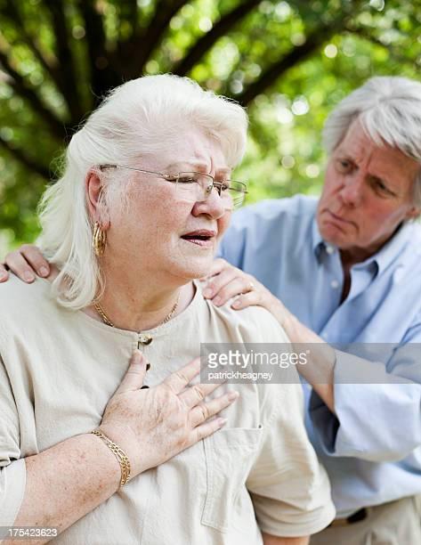 Senior avec douleurs à la poitrine