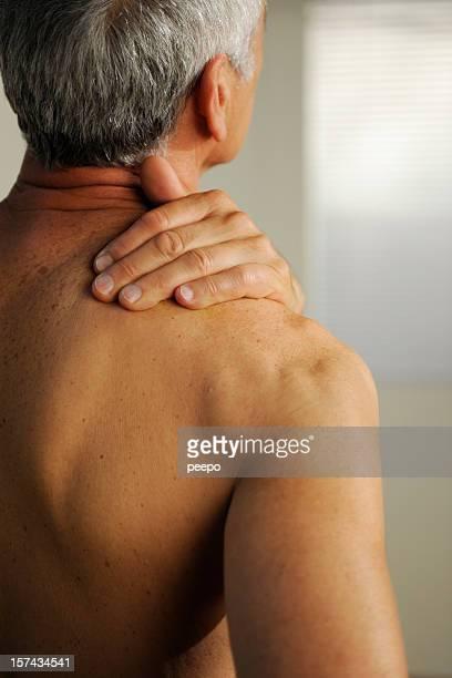 senior mit Hals Schmerzen