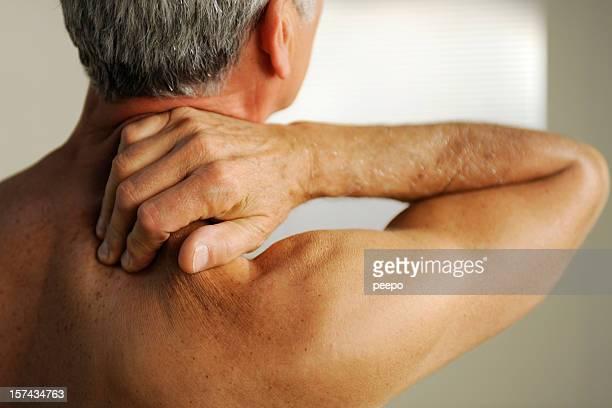 シニア、首の痛み