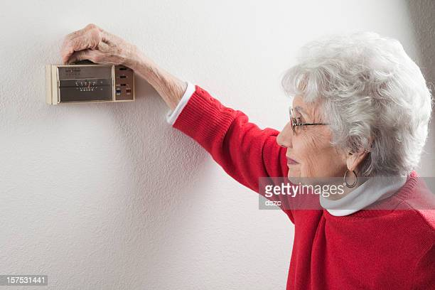senior Frau anpassen Hause thermostat