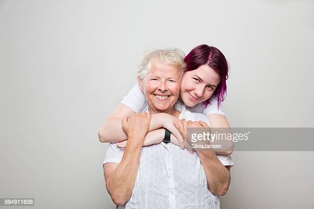 Mujer mayor y cuidadores abrazar