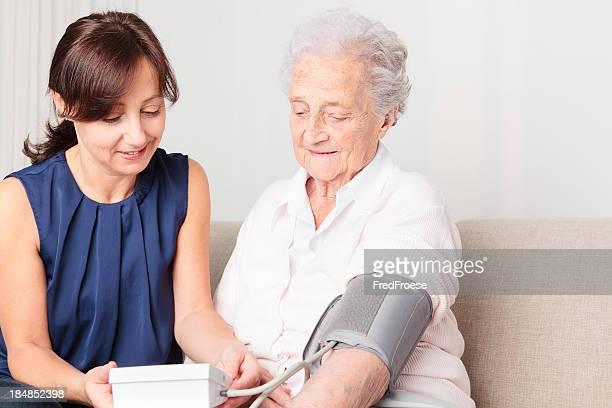 Femme âgée et le nourricier