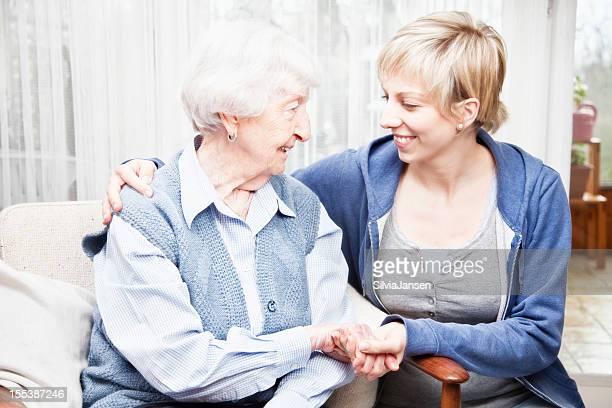 Mujer mayor y cuidadores de unión