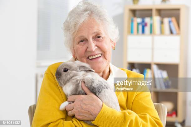 Ältere Frau und kleine Kaninchen