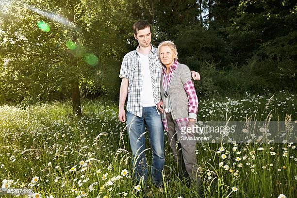 Ältere Frau und junger Mann outdors Zusammenhalt