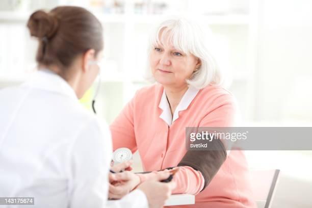 Senior Frau im doctor's office