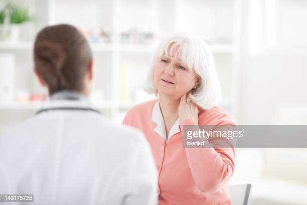 年配の女性で医者のオフィス