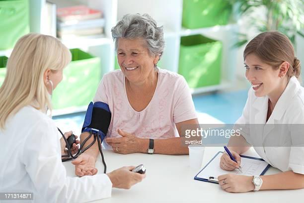 Senior Frau in Arzt-Büro.