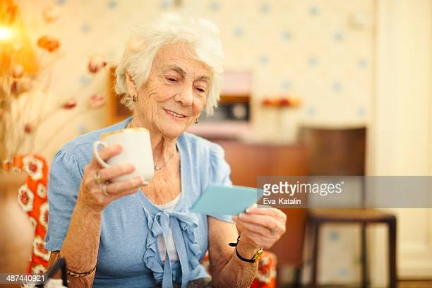 Donna anziana a casa