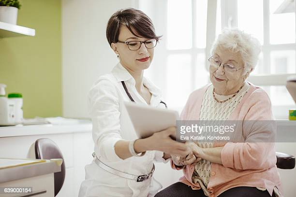 Senior Frau im doctor