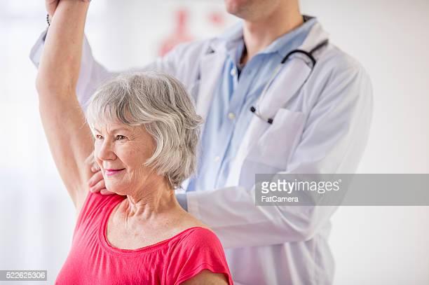 Femme âgée au thérapeute