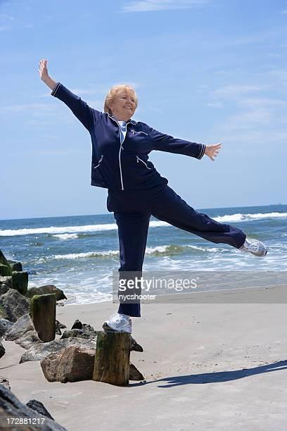 Senior Frau Gleichgewicht auf einem Bein