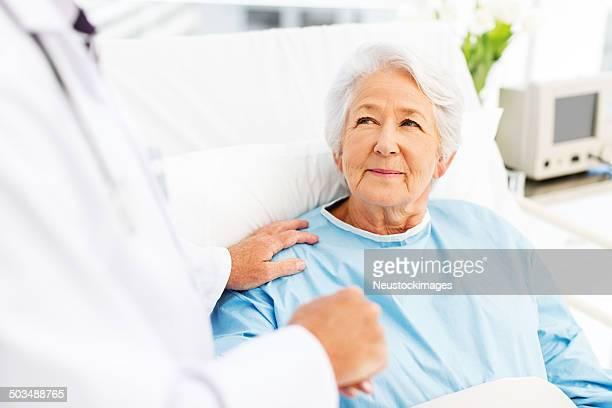 Donna anziana la Console dal medico