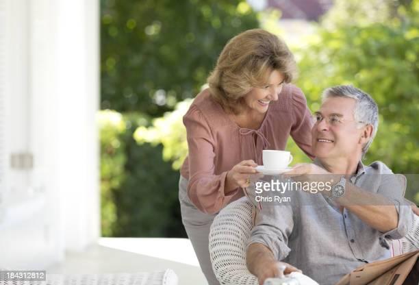 高齢者の女性にも男性のコーヒーをパティオ