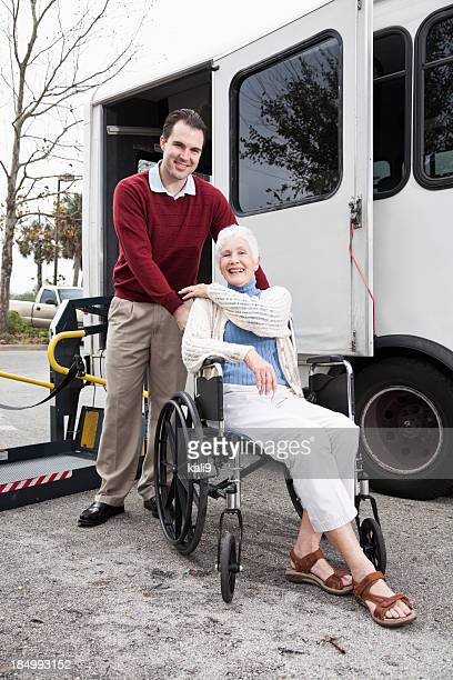 Senior femme en minibus avec ascenseur pour fauteuil roulant