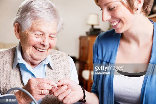 senior Frau und fürsorgliche und Medizin
