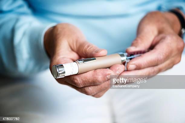 Idosa a verificar a sua dose de insulina.